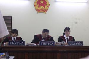 Tòa liên tục nhắc đại diện bị đơn đừng hỏi lan man