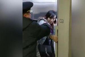 Sợ muộn giờ làm, người phụ nữ Trung Quốc dùng chân ngăn tàu rời ga