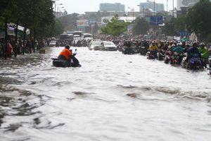 Mưa lớn, đường nội đô TPHCM ngập sâu lút bánh xe, nước chảy như thác cuốn