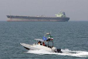 Hải quân Iran 'khoe' giúp sửa tàu dầu nước ngoài ở vịnh Ba Tư