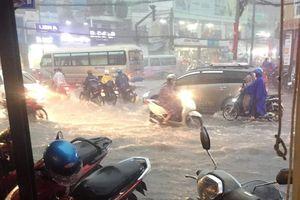 Nước chảy xiết cuốn trôi xe máy trong cơn mưa lớn ở Sài Gòn