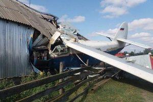 Máy bay đâm thủng nhà dân, 4 người nhập viện