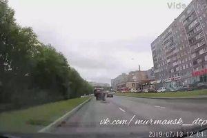 Thót tim khoảnh khắc ô tô đang chạy vướng nắp cống bật tung lên trời