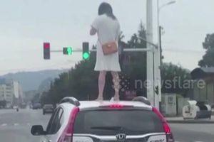 Người phụ nữ trèo lên nóc ô tô vì cãi nhau với chồng và cái kết đắng