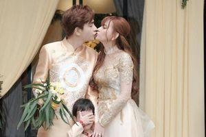Thu Thủy hạnh phúc 'khóa môi' chồng mới trước mặt con trai