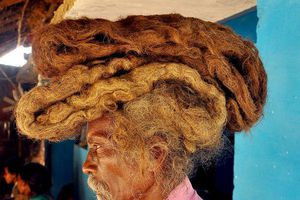 Dị nhân với mái tóc 1m8 không cắt, không gội suốt 40 năm vì tin đó là 'phước lành'
