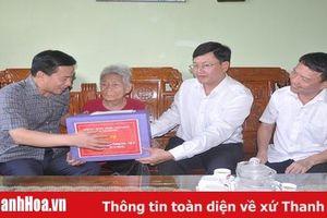 Đồng chí Phó Bí thư Thường trực Tỉnh ủy, Trưởng Đoàn ĐBQH tỉnh thăm, tặng quà các gia đình chính sách tại TP Sầm Sơn và huyện Yên Định