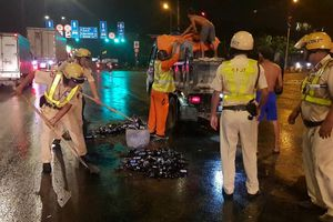 CSGT Sài Gòn dọn vỏ bia rơi tràn trên đường vào giữa đêm