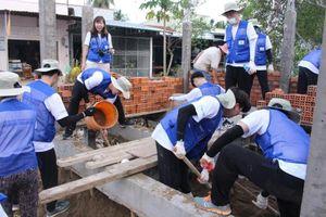 Tình nguyện viên Hàn hỗ trợ trường tiểu học Sóc Trăng 'thay áo mới'