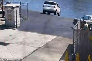 Đạp nhầm chân ga, tài xế lái ô tô lao thẳng xuống sông