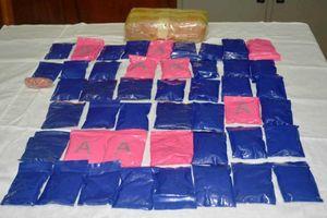 Truy bắt 2 đối tượng bỏ chạy để lại gần 9.000 viên ma túy