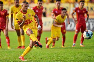 Ngoại binh Nam Định bắt chước Pogba sút penalty vào lưới CLB Thanh Hóa