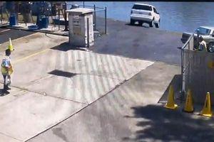Nhầm chân ga, xe sang Mercedes lao thẳng xuống sông