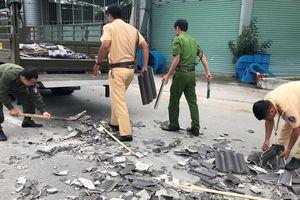 CSGT Bình Dương 'đội nắng' dọn dẹp gạch ngói đổ nát giữa ngã tư