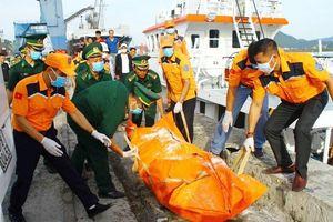 Đưa 2 thi thể nghi là thuyền viên tàu cá NA 95899-TS vào bờ để nhận dạng
