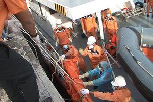 Đưa 2 thi thể thuyền viên tàu cá Nghệ An vào bờ, xét nghiệm ADN để nhận dạng