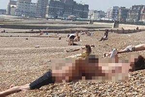 Cô gái ngang nhiên khỏa thân trên bãi biển, hành động biến thái của người bạn trai còn khiến người xung quanh sốc hơn