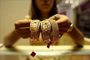 Giá vàng châu Á rơi khỏi mức cao nhất trong 2 tuần