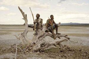 Cuộc sống kỳ lạ của bộ lạc săn bắn cuối cùng ở Tanzania