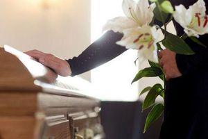 Đang cử hành tang lễ, người chết bỗng bật dậy xin nước uống