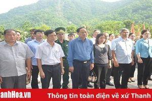 Đồng chí Chủ nhiệm Ủy ban Kiểm tra Tỉnh ủy viếng các liệt sĩ tại Khu Di tích Lịch sử cách mạng hang Co Phường