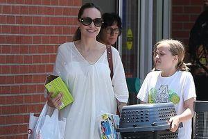 Angelina Jolie diện đầm trắng gợi cảm, vui vẻ ra phố cùng con gái yêu