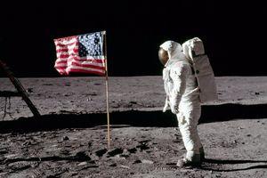Cờ Mỹ phấp phới trên Mặt Trăng dù không có không khí, NASA bị nghi làm giả cuộc đổ bộ lịch sử