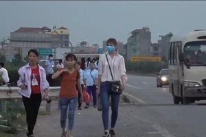 Nhiều công nhân bất chấp nguy hiểm đi bộ qua cao tốc