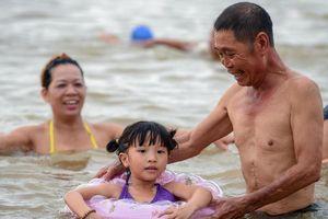 Sông Hồng thành 'bãi biển' của người dân thủ đô trong ngày nóng nực