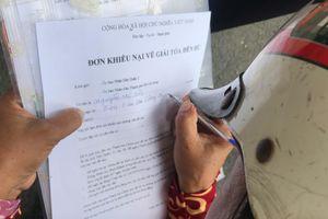 Người dân Thủ Thiêm tập trung trước UBND quận 2 gửi đơn