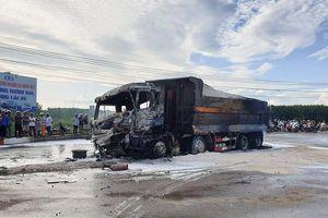 Xe ben bốc cháy dữ dội sau cú tông xe bồn, tài xế cùng con nhỏ tử vong trong cabin