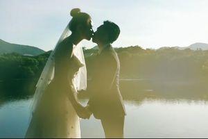 Cường Đô La hạnh phúc 'khóa môi' Đàm Thu Trang trong video cưới