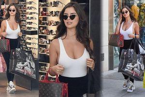 'Kim Kardashian nước Anh' khoe vòng 1 ngoại cỡ với mốt không áo ngực