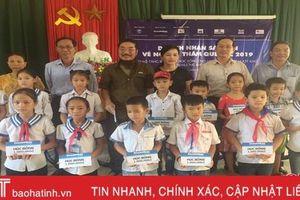 Trao tặng 100 suất quà cho học sinh nghèo Hương Khê
