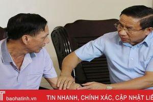 Bí thư Tỉnh ủy Lê Đình Sơn thăm hỏi, tặng quà gia đình chính sách tại TP Hà Tĩnh