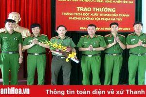 Trao thưởng nóng cho Công an huyện Tĩnh Gia