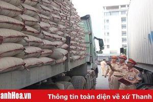 Chở xi măng quá tải trọng, lái xe chống đối lực lượng CSGT