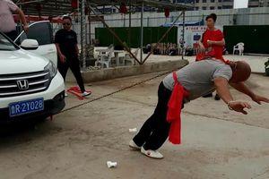 Pha biểu diễn Kung Fu dùng một tai kéo 2 ôtô