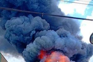 Sau tiếng nổ lớn, khói bao trùm cả 1 góc trời thị xã Tân Uyên