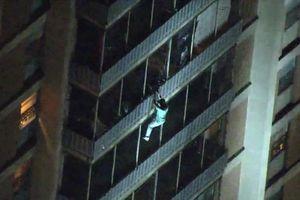 'Người nhện' tay không đu tường thoát khỏi tòa nhà cháy