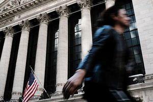 Nhà đầu tư Mỹ bán cổ phiếu bởi dự báo Fed không hạ mạnh lãi suất như kỳ vọng