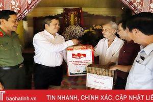 Chủ tịch UBND tỉnh Trần Tiến Hưng thăm hỏi gia đình chính sách tại Hương Khê