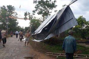 Kinh hoàng lốc xoáy tốc mái nhà dân, gãy đổ nhiều cột điện
