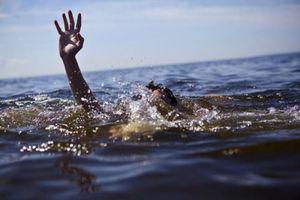 Về nhà không thấy con, người mẹ vội vã đi tìm thì đau đớn khi phát hiện 2 con dưới ao nước
