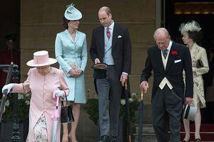 Không ngờ vợ chồng Hoàng tử William cũng thường xuyên diện đồ đôi tình bể bình như vậy!