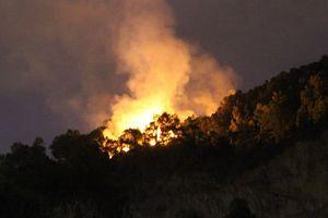 Giữa đêm, hàng trăm người leo lên đỉnh núi dập tắt đám cháy rừng ở Đà Nẵng