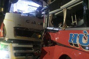 Xe khách đối đầu ôtô tải làm một người chết, 12 bị thương