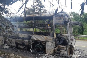 Xe khách cháy rụi ở Kon Tum, 30 hành khách thoát nạn