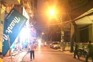 Thanh sắt dài 4m rơi từ công trình xây dựng xuống khiến nhiều người hoảng sợ