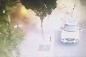 Nhà hàng bất ngờ phát nổ, lính cứu hỏa ôm bình ga chạy ra ngoài